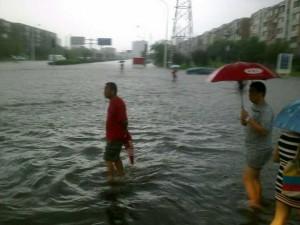 暴雨中过河的人们