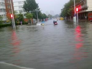 路口被暴雨淹